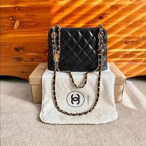 🎉HP🎉Authentic CHANEL Black Quilted shoulder Bag